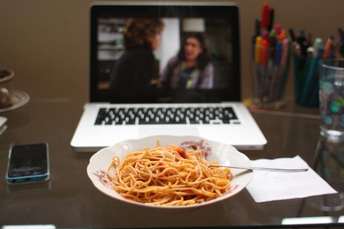 comer viendo tele