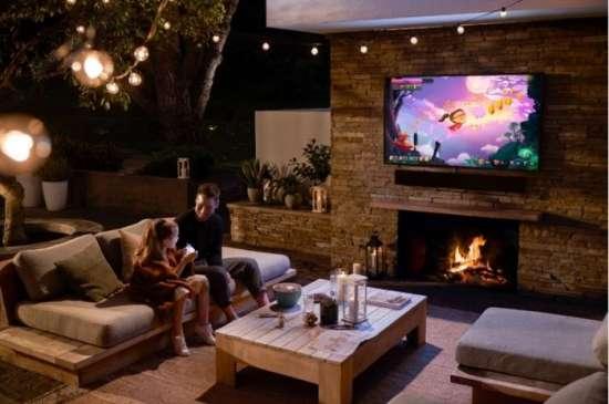 The Terrace: Televisor Samsung en una terraza al anochecer