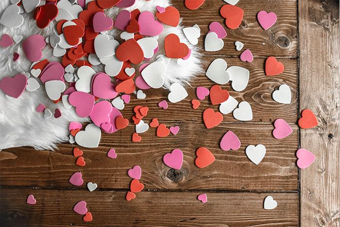 corazones sobre madera