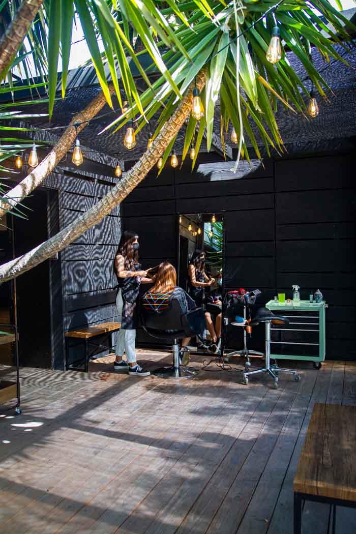 La tranquilidad de cortarse el pelo en la terraza de Revolver Salon 2