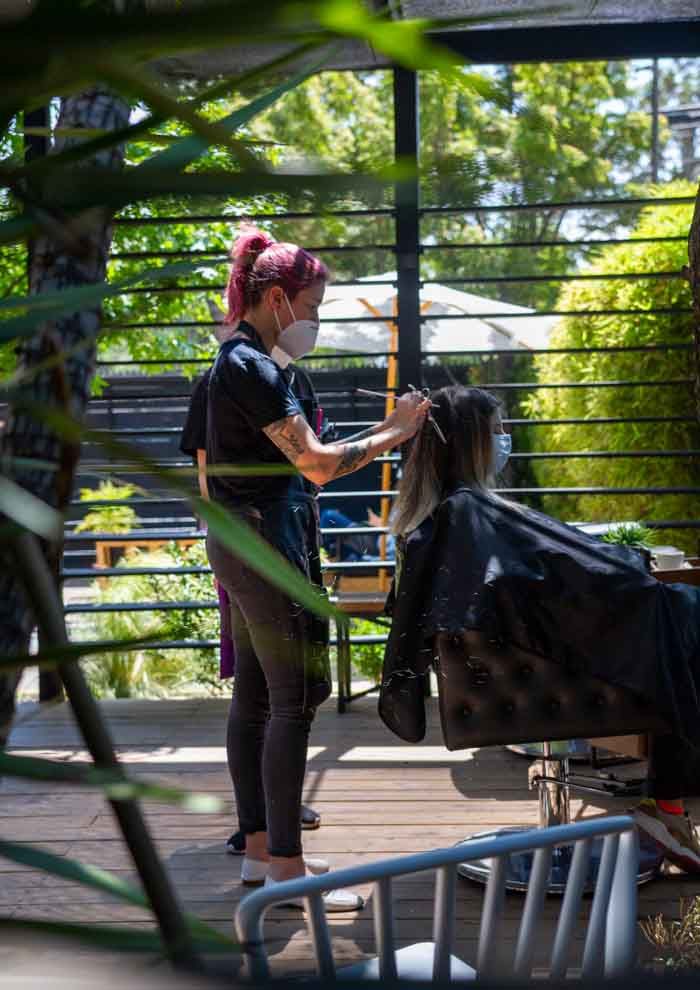 La tranquilidad de cortarse el pelo en la terraza de Revolver Salon 3