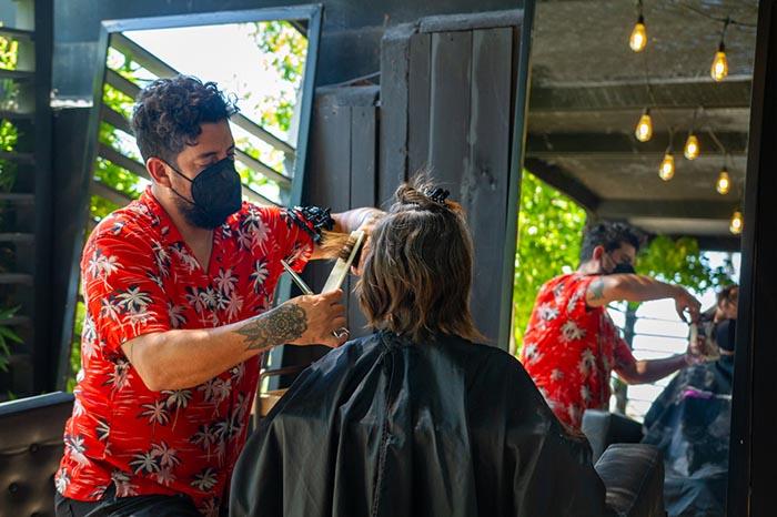 La tranquilidad de cortarse el pelo en la terraza de Revolver Salon 1