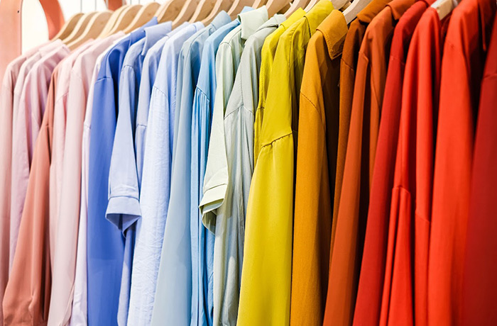 ropa organizada por colores