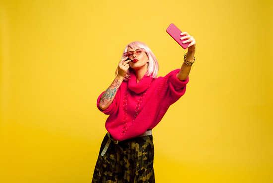 Chica haciéndose una selfie