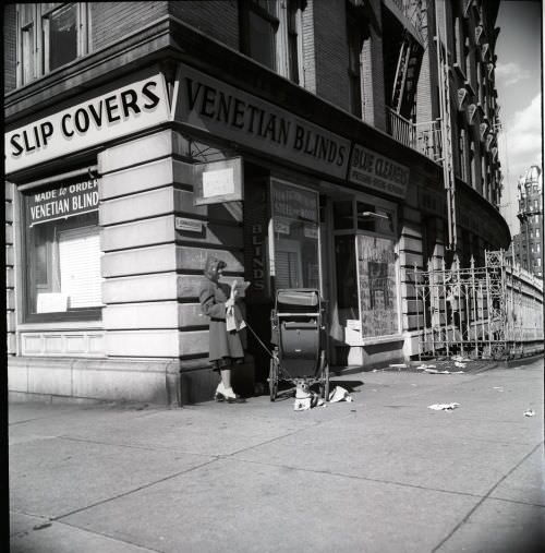 Lola Falcón. Mujer leyendo el periódico; Nueva York, 1948