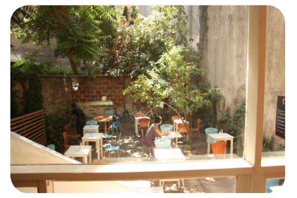 <em>Diván, patio y café</em> en Lastarria 5
