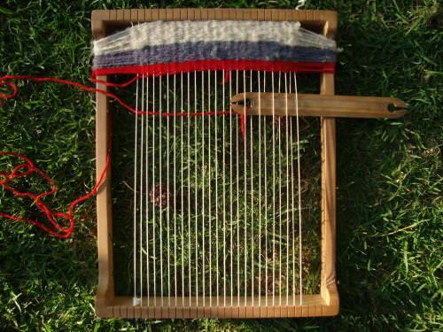 Niños tejiendo frazadas a telar 5